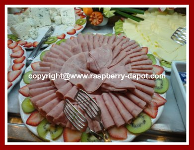 How to Decorate a Meat Deli Platter with Fresh Fruit